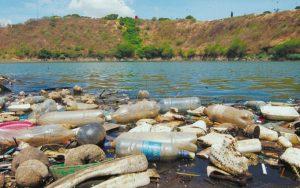 Vista parcial de la laguna de Tiscapa, donde puede apreciarse las grandes cantidades de basura y agua contaminada que le llegan a travez de cauces y que tienen a la laguna con altos grados de contaminacion. . Foto German Miranda/LA PRENSA